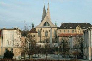 Co znamená Emauzy? Oslnivý klášter s chrámem zasvěceným slovanským patronům