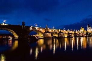 Co by vám v Praze nemělo uniknout? Karlův most – ale v noci!