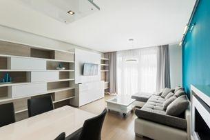 Trendy v obývacích pokojích – vzdušnost a kombinace starého s novým