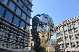 Dvě sochy Franze Kafky ukazují dvě tváře Prahy – romantickou i konzumní